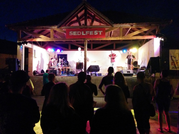 Hlavní stage Sedlfestu - kapela Květy